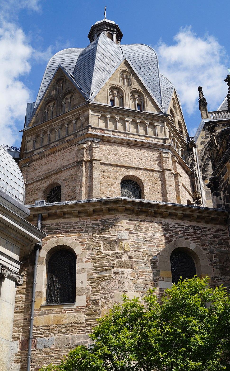 Aachener Dom Pfalzkapelle vom Münsterplatz 2014