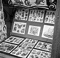 Afbeeldingen van tatoeages in de etalage van de winkel van tato Jack, Bestanddeelnr 252-9232.jpg