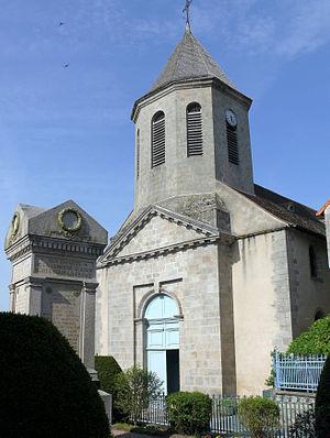 Le monument aux morts et l'église Saint-Sylvain.