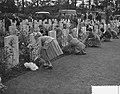 Airborne herdenking, Oosterbeek, kinderen leggen bloemen, Bestanddeelnr 907-3321.jpg