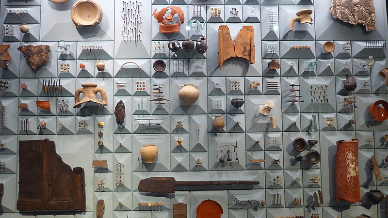 File:Artefacts from the Mithraeum in the City of London.jpg