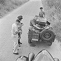 Automobilist en leden van de verkeerspolitie tijdens een controle langs de weg, Bestanddeelnr 255-1215.jpg