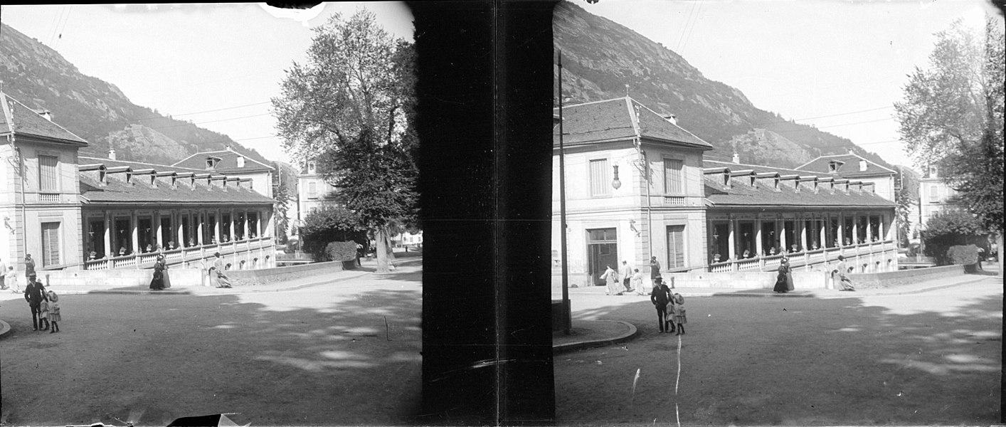 Fonds Trutat - Photographie ancienne  Cote: TRU C 360 Localisation: Fonds ancien Original non communicable  Titre: Ax-les-Thermes (Ariège)  Auteur: Trutat, Eugène Rôle de l'auteur: Photographe  Lieu de création: Ax-les-Thermes (Ariège) Date de création:: 1905  Mesures: 5 x 11 cm  Mot(s)-clé(s):  -- Ville -- Thermes -- Bâtiment -- Colonnade -- Place -- Homme -- Femme -- Enfant -- Arbre  -- Ax-les-Thermes (Ariège) -- Modèle, Le (Ax-les-Thermes; établissement thermal) -- Ariège (France; haute vallée) -- Pyrénées (France)  -- 20e siècle, 1e quart  Médium: Photographies Médium: Positifs sur plaque de verre -- Noir et blanc -- Stéréogrammes -- Paysages urbains  Bibliographie:   Menelon (E). -Ax-les-Thermes (Ariège), plan de la ville avec vue panoramique et les établissements thermaux. - Foix: 1902; 19 cm  Bibliothèque d'étude et du patrimoine:                                     Fonds régional: (LmD 4441)   Bibliothèque de Toulouse. Domaine public