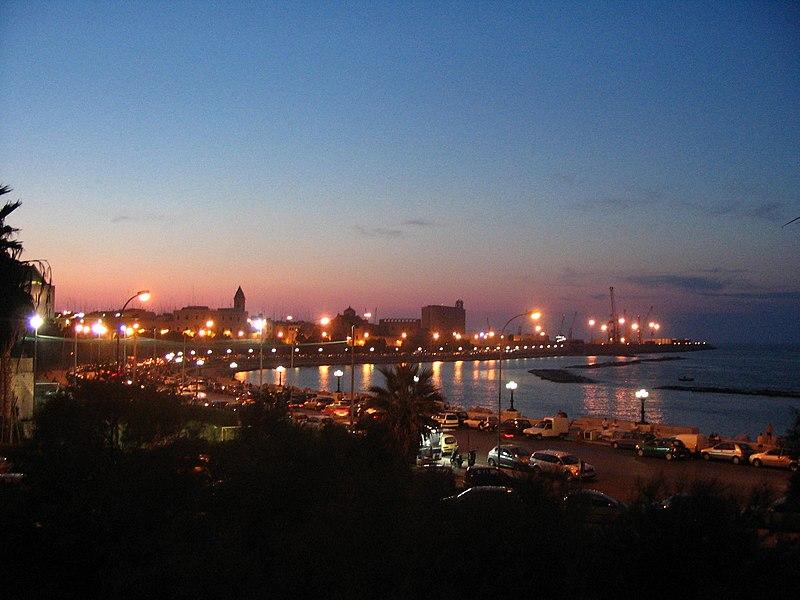 Вид на вечерний Бари, Апулия, Италия (источник Викисклад)