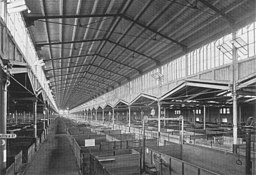 Zentralviehof Inneres Schweinehalle See page for author [Public domain], via Wikimedia Commons