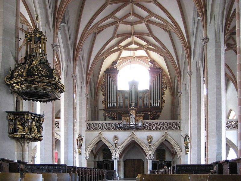 File:Braunau am Inn Kirche 3.jpg