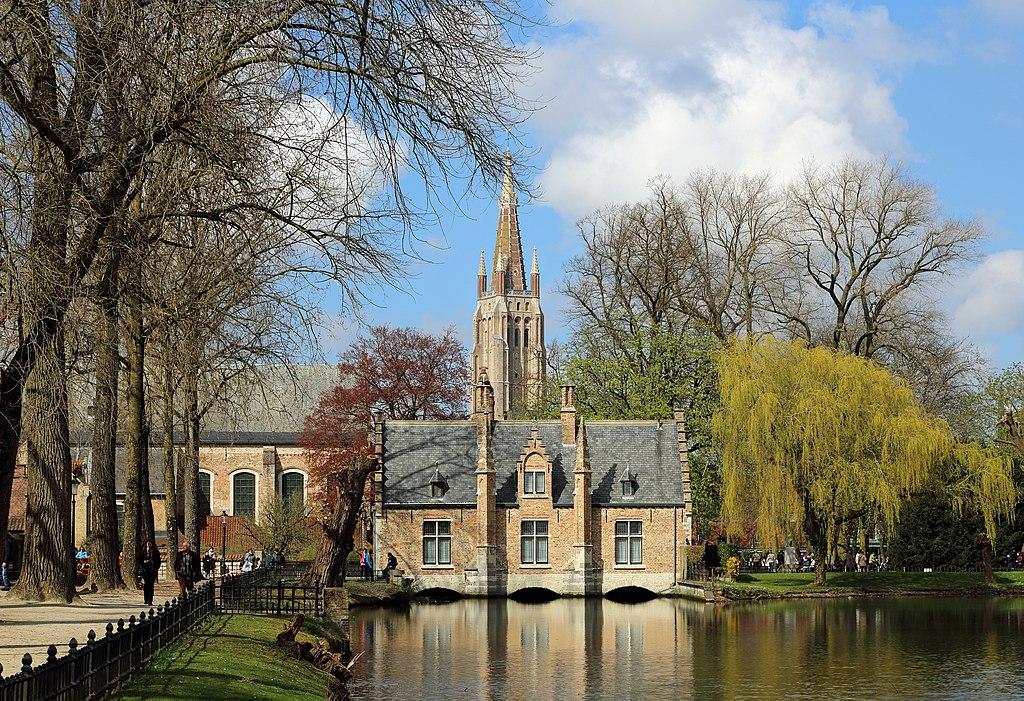 La maison éclusière du Minnewater et le clocher de l'église Notre-Dame, à Bruges (Flandre-Occidentale).  (définition réelle 4695×3215)