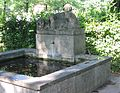 Brunnen im Nordfriedhof Muenchen-2a.jpg