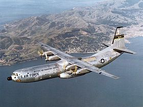 Douglas C-133B Cargomaster, AF Ser. No. 59-0529 (1501st Air Transport Wing), in volo sopra la baia di San Francisco