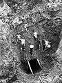 COLLECTIE TROPENMUSEUM Arbeiders bij de bovengrondse ertswinning in de gouvernementele goud- en zilvermijnen te Tambang Sawah Benkoelen TMnr 10007132.jpg