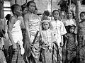 COLLECTIE TROPENMUSEUM Balinese vrouwen op het sterfhuis TMnr 10005077.jpg