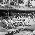 COLLECTIE TROPENMUSEUM Cees Taillie met militairen op een terras op Palm Beach Tjilintjing TMnr 10028577.jpg