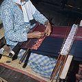 COLLECTIE TROPENMUSEUM Een weefster achter haar weeftoestel TMnr 20025994.jpg