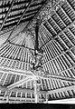 COLLECTIE TROPENMUSEUM Plafond en palen met beeld en houtsnijwerk in een gebouw in Singaradja TMnr 10017708.jpg