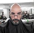 Carlos decolorándose la barba.jpg
