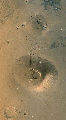 Ceraunius Tholus und Uranius Tholus (oben)