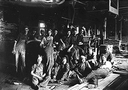 Noon hour in a furniture factory. Indianapolis, Indiana, 1908 Child workers in Indianapolis.jpg