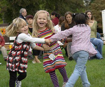 English: Children dancing, International Peace...