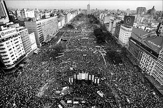 1983 Argentine general election - The closing rally for the UCR campaign on Buenos Aires' 9 de Julio Avenue.