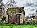 Cléron, petit patrinoime bâti avec toit de lauzes.jpg