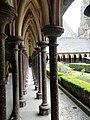 Cloître de l'église du Mont Saint-Michel.jpg