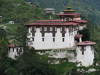 Lhuntse District - Image: Close view of Lhuentse Dzong