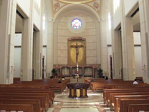 Co-Cathedral of the Sacred Heart (Houston) - Cathedral nave and sanctuary