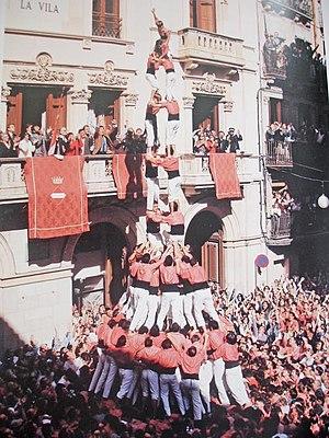 Castell - Image: Colla Vella dels Xiquets de Valls Primer 2de 9 amb folre i manilles descarregat de la història Diada de Santa Úrsula 1994