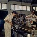 Collectie Nationaal Museum van Wereldculturen TM-20029742 Leerlingen van de Lagere Technische School bij een draaibank Kralendijk Boy Lawson (Fotograaf).jpg