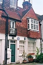 Photographie couleur de la façade d'une maison à trois étages