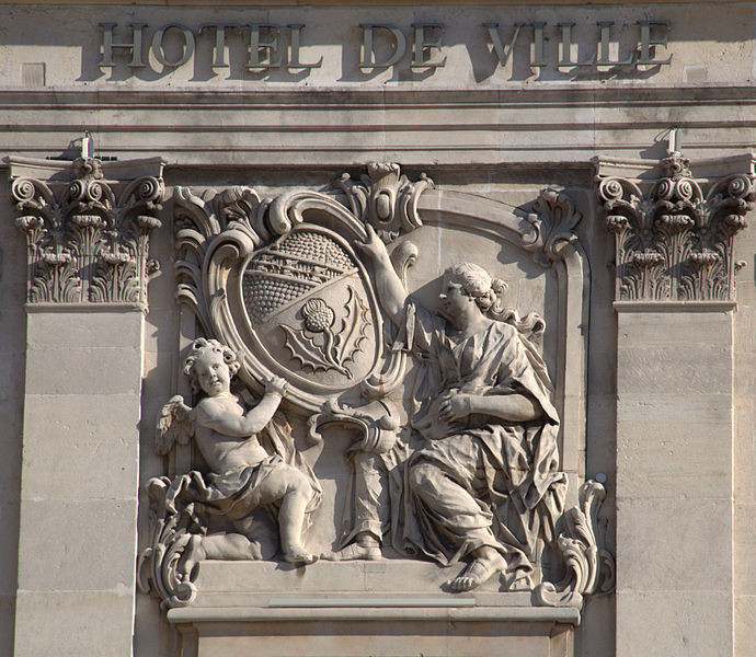 https://commons.wikimedia.org/wiki/File:D%C3%A9tail_fronton_h%C3%B4tel_de_ville.jpg