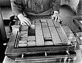 De opmaker op de zetterij van dagblad De Telegraaf is aan steen bezig het lo, Bestanddeelnr 252-0359.jpg