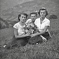 Dekleti in fant iz Podlanišča 1954.jpg
