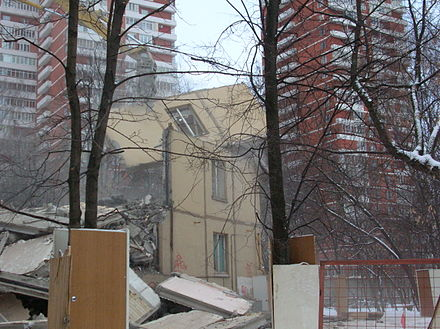 A khrushchyovka is destroyed, Moscow, January 2008 DestroyKhrusch.JPG