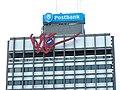 Detail Schrijvende Hand Marte Röling Postbank Tesselschadestraat Leeuwarden.JPG