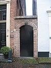 foto van Huis van parterre en verdieping met hoog zadeldak tussen puntgevels met vlechtingen