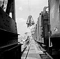 Douanebeambte bij het laden van goederentreinen in de haven van Bazel-Kleinhünin, Bestanddeelnr 254-1287.jpg