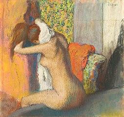 Après le bain, femme nue s'essuyant la nuque