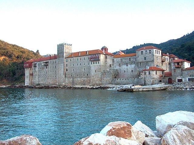 https://upload.wikimedia.org/wikipedia/commons/thumb/4/4d/Esphigmenou_monastery_2006.jpg/640px-Esphigmenou_monastery_2006.jpg