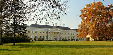 Esterházy-kastély a park felől.JPG