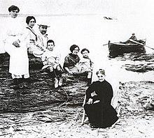 die familie dal 1910 von links tante maria teresa mutter vater salvador tante catherine spter zweite ehefrau des vaters schwester ana maria und - Salvador Dali Lebenslauf