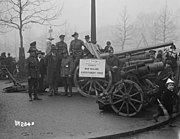 Field guns captured by New Zealanders in World War I on display in London, 1918
