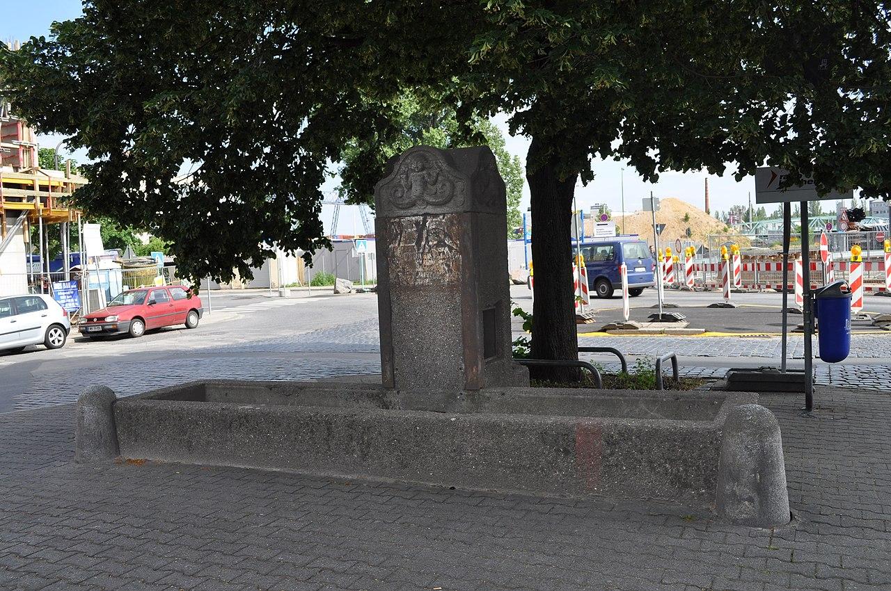 Bild: https://upload.wikimedia.org/wikipedia/commons/thumb/4/4d/Frankfurt%2C_Osthafen-Brunnen.JPG/1280px-Frankfurt%2C_Osthafen-Brunnen.JPG
