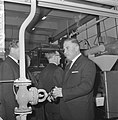 Gas voor Rijswijk, burgemeester drs. A. Th. Bogaardt (r draait afsluiter open, Bestanddeelnr 917-1600.jpg