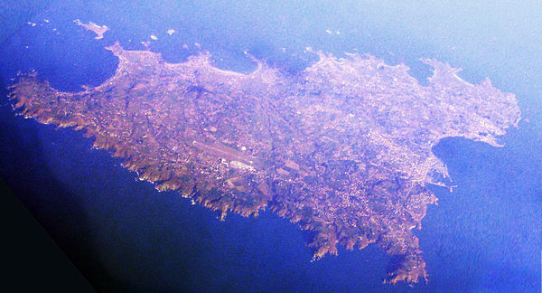 The island of Guernsey seen from 33,000 feet (10,000 m), looking north Guernsey island.jpg
