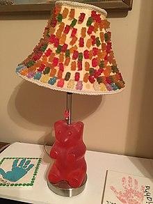 Una lampada che ricorda un grande orsetto di gomma