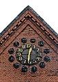 Hamburg Auferstehungskirche Barmbek Uhr über dem Eingang.jpg