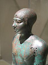 Standbeeld van een man gemaakt van verroest groen koper