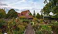 Hohenloher Freilandmuseum - Baugruppe Hohenloher Dorf - Bauerngarten - Ansicht von Süden an Herbstabend.jpg