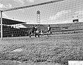 Holland tegen Belgie 2-2 in het Olympisch stadion te Amsterdam, links Van der St, Bestanddeelnr 910-3104.jpg
